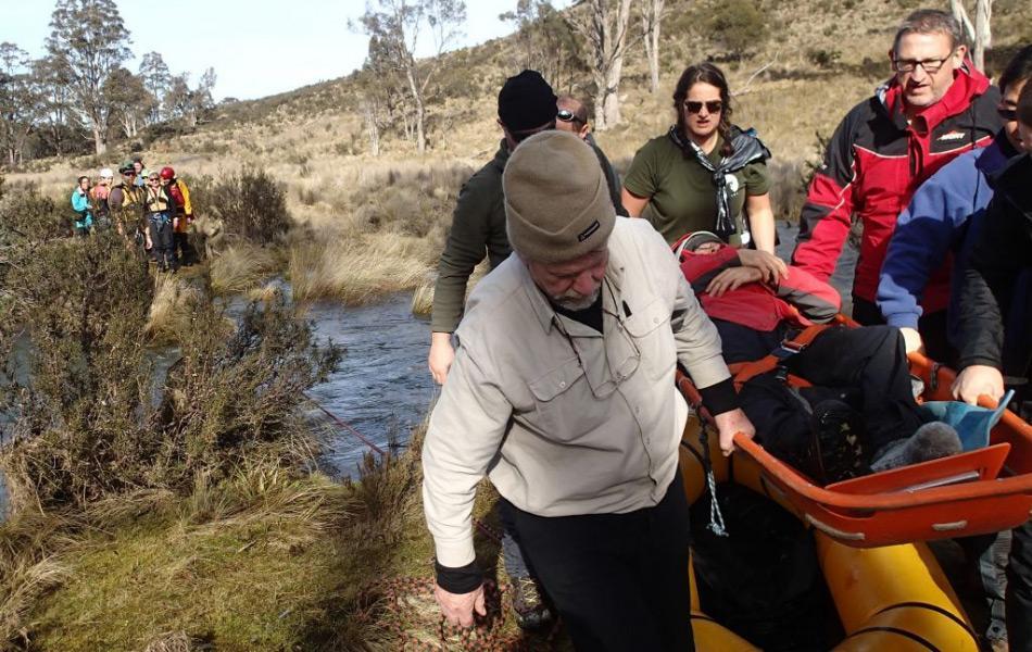 Das Evakuieren von Patienten mit Hilfe von Liegen und Barren ist eine der wichtigsten Fähigkeiten für Ärzte in der Wildnis. Bild: Elise Roberts