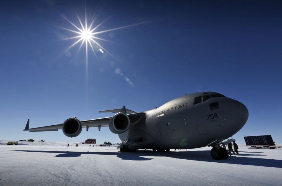 Die C-17A Globemaster III der Firma Boeing ist rund 53 Meter lang und hat eine Spannweite von 52 Meter. Die Frachtkapazität pro Flug kann bis zu 77 Tonnen betragen und das Flugzeug besitzt eine Reichweite von bis zu 5'200 Kilometer. Bild: Royal Australian Airforce