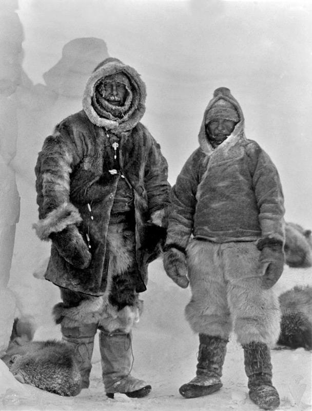 Diese Aufnahme ist das letzte Bild von Wegener (links). Er starb während einer Tour mit Rasmus Villumsen (rechts), der ebenfalls verschollen ist und mit ihm Wegeners Tagebücher. Bild: AWI