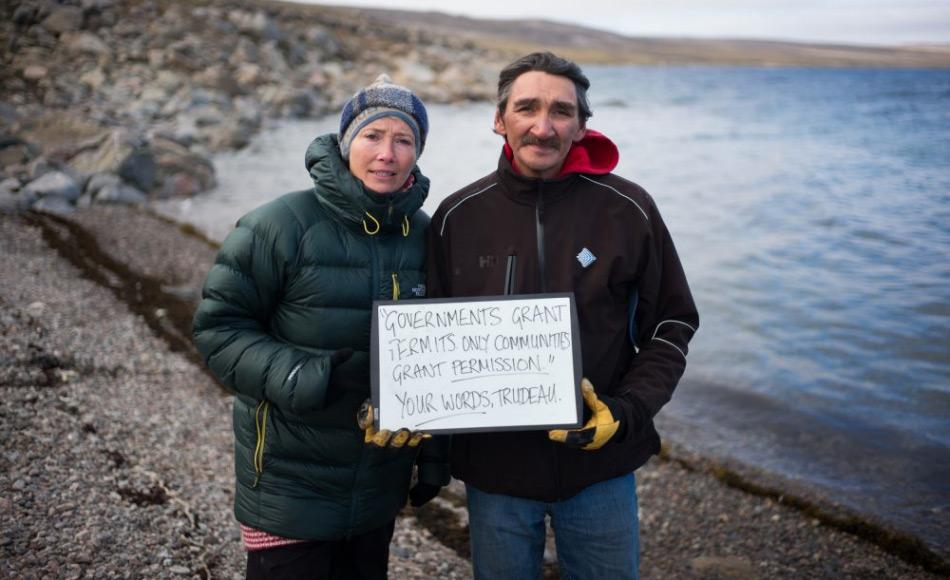 """Emma Thompson und der ehemalige Bürgermeister von Clyde River, Jerry Natanine, machen auf einen Kommentar des kanadischen Premierministers, Justin Trudeau, aufmerksam, der sagte: """"Die Regierung kann nur Lizenzen ausstellen. Die Gemeinden geben die Erlaubnis."""" Bild: Greenpeace"""